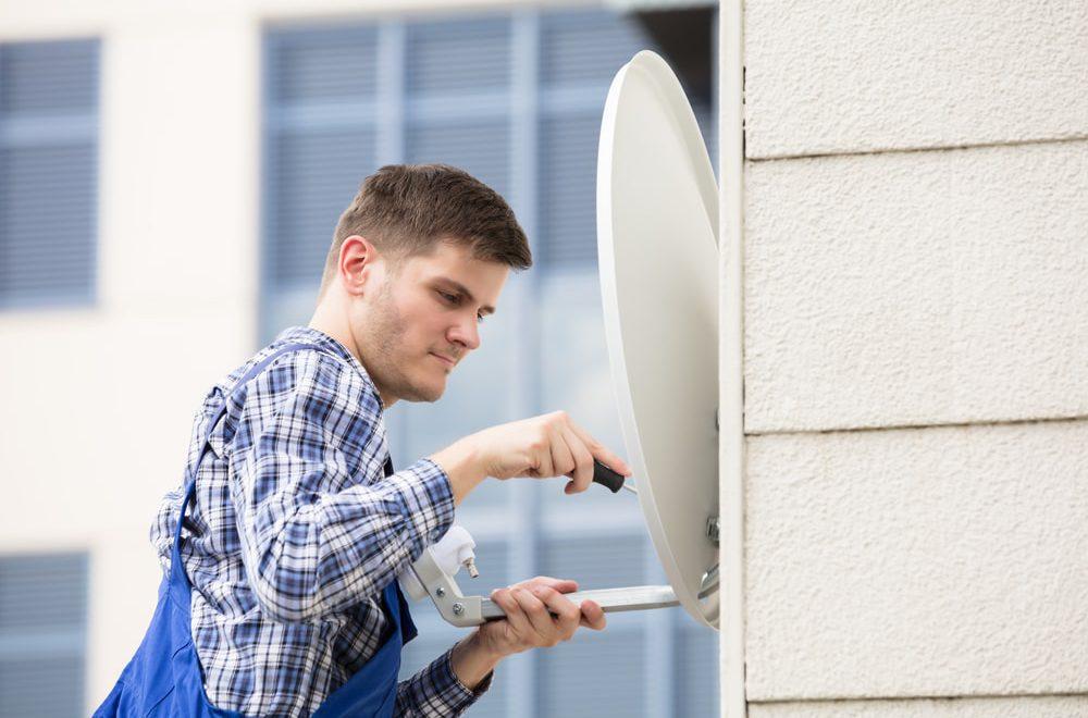 Naprawa anteny satelitarnej czy zakup nowej instalacji – poradnik